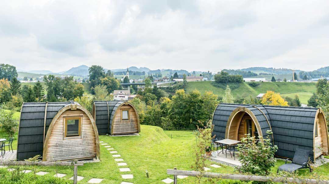 Die drei Holziglus von «Hofgenuss» in Ganterschwil