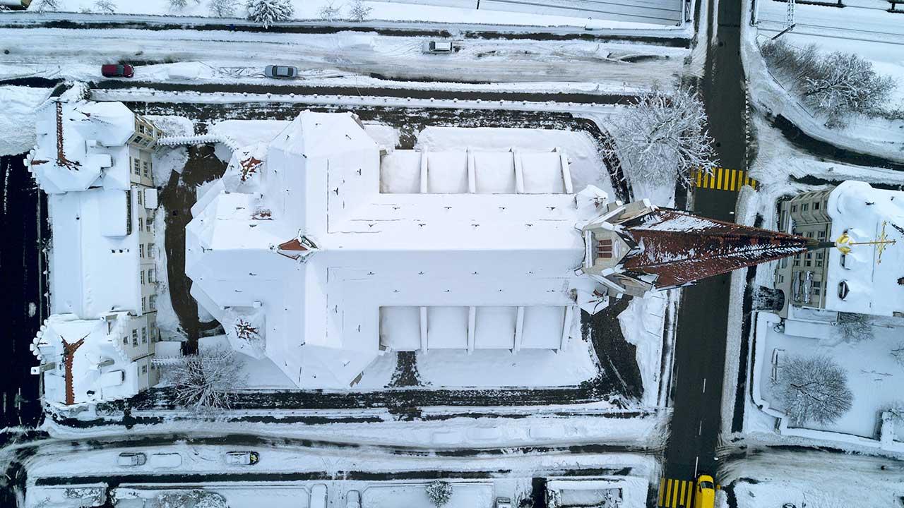 Verschneite Kirche St. Otmar in St. Gallen aus der Sicht einer Drohne
