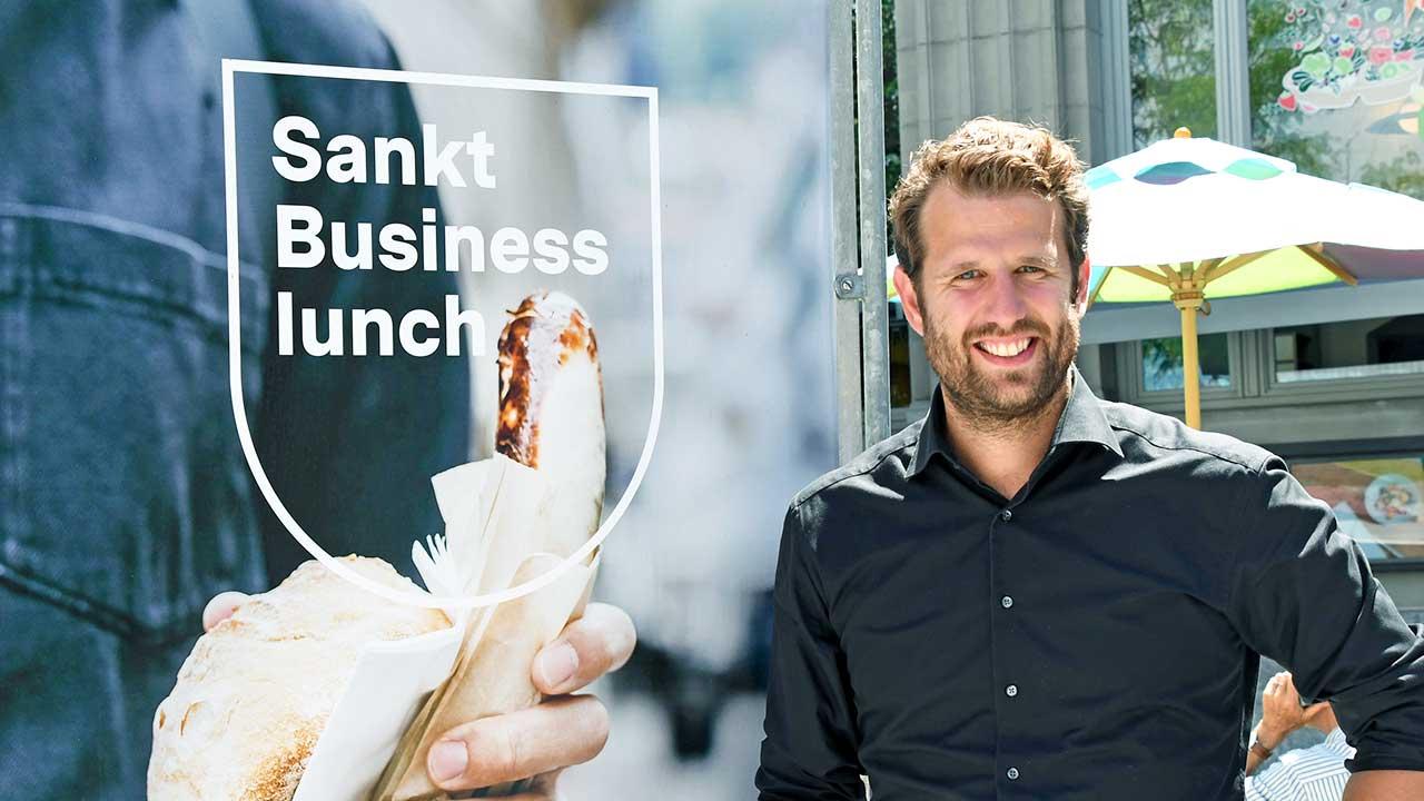 Samuel Zubergühler neben einem Plakat der Serie «Sankt»