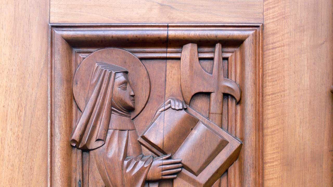 Wiborada in einem Relief am Portal der St. Galler Stiftskirche