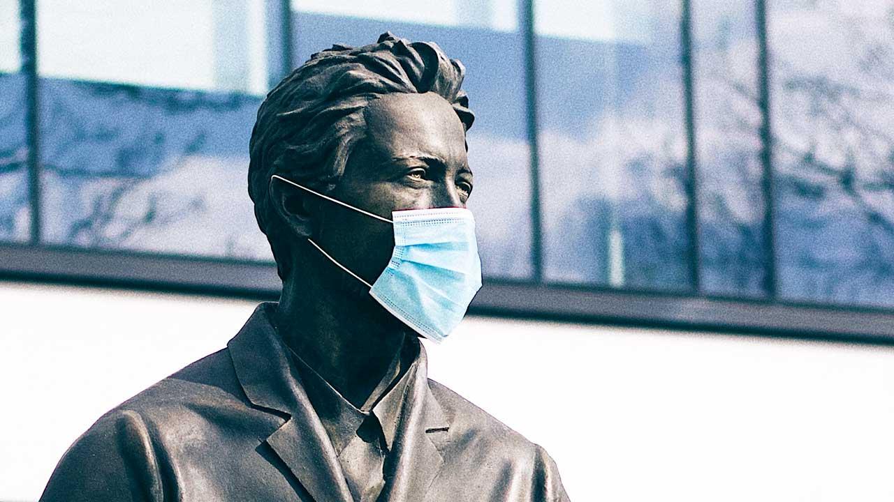 Statue mit Atemschutzmaske