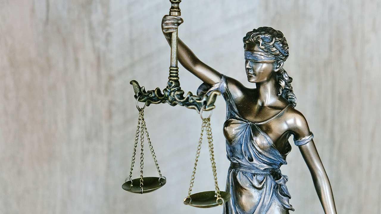 Statuette von Justitia mit Waagschale