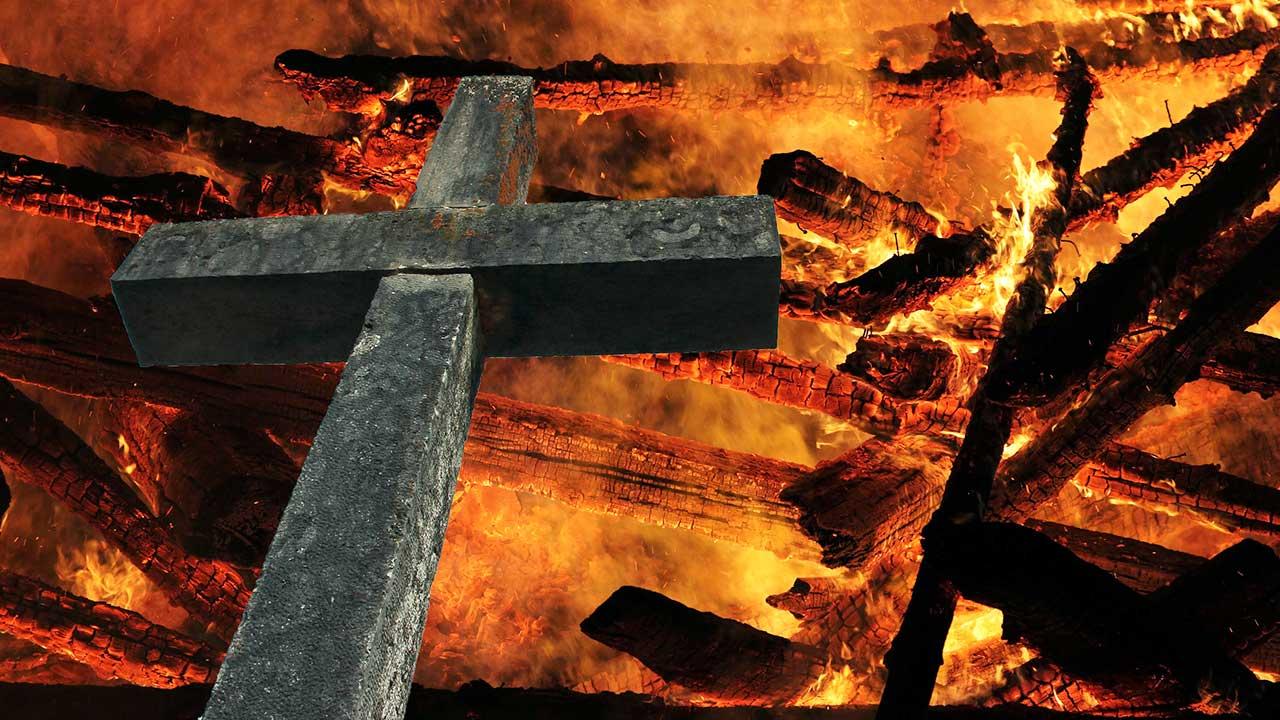 Kreuz vor feurigem Hintergrund