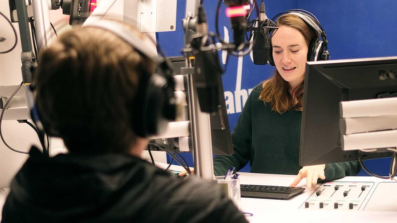 Moderatorin mit einem Gast in einem Studio von Radio Life Channel
