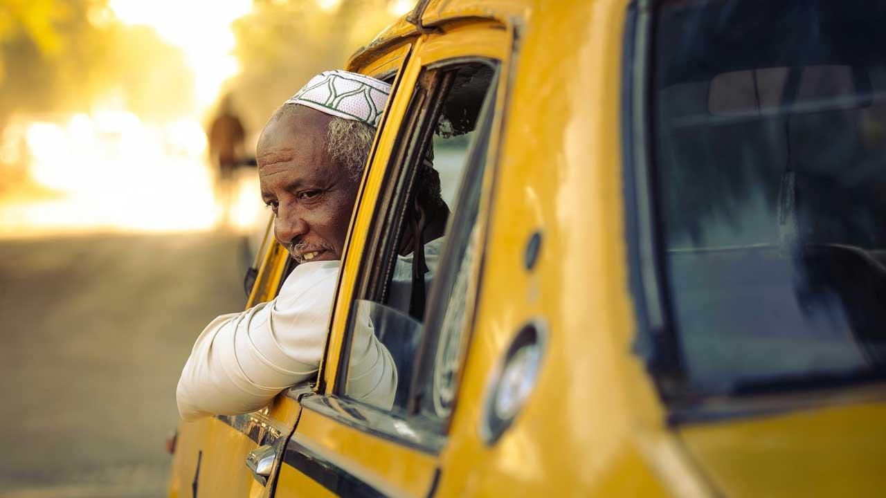 Mann in einem gelben Auto unterwegs in Khartum