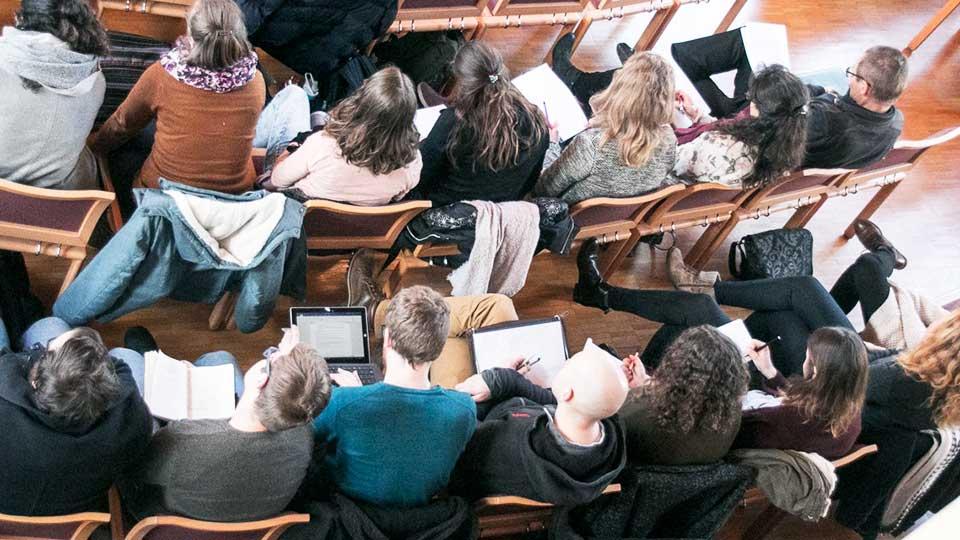 Zuhörer bei einem Referat am TDS Aarau