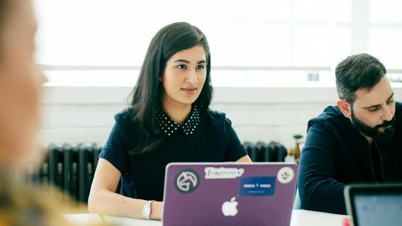 Frau konzentriert während einer Team-Besprechung