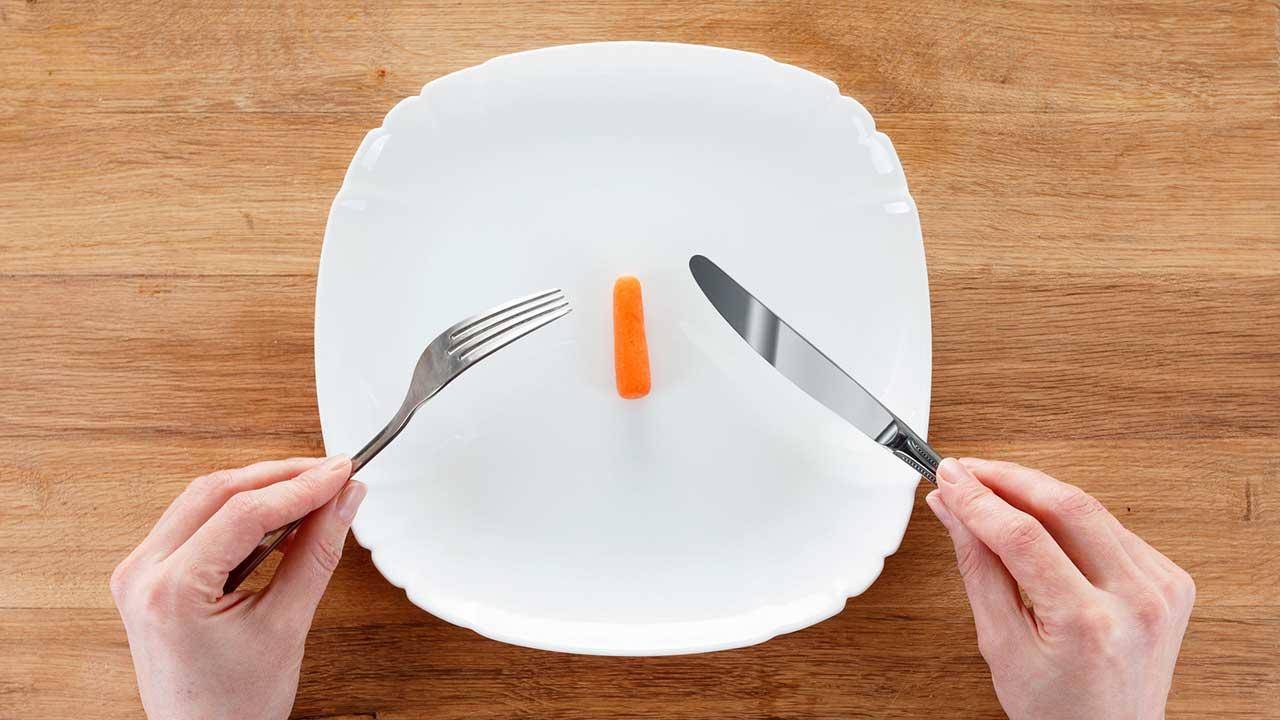 kleine Karotte auf Teller