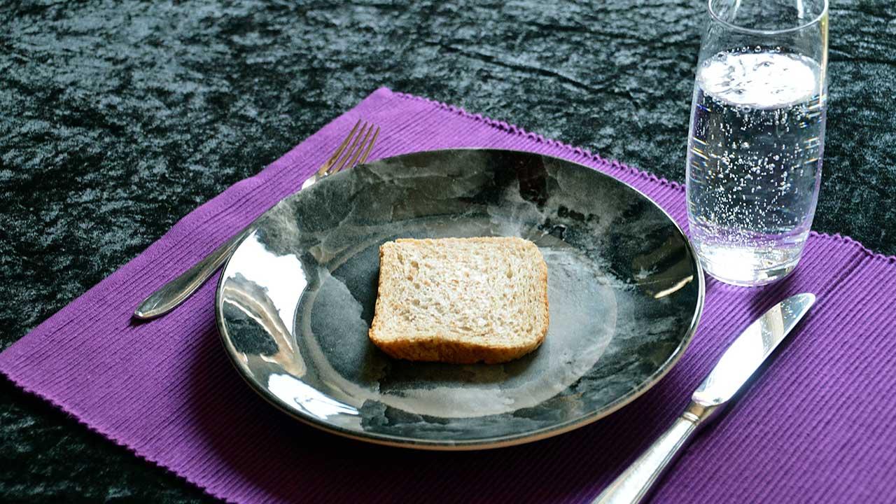 Fasten:. nur eine Scheibe Brot und Wasser