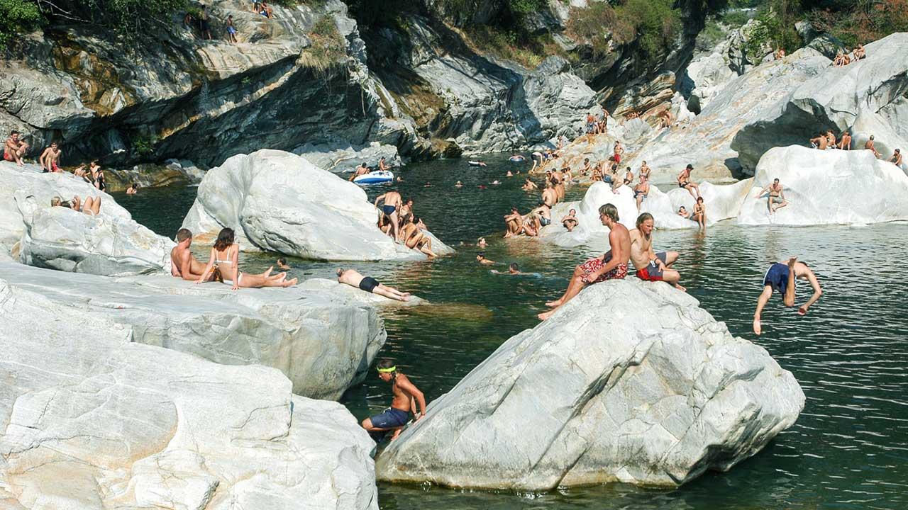 Badende in der Maggia bei Ponte Brolla, Tessin