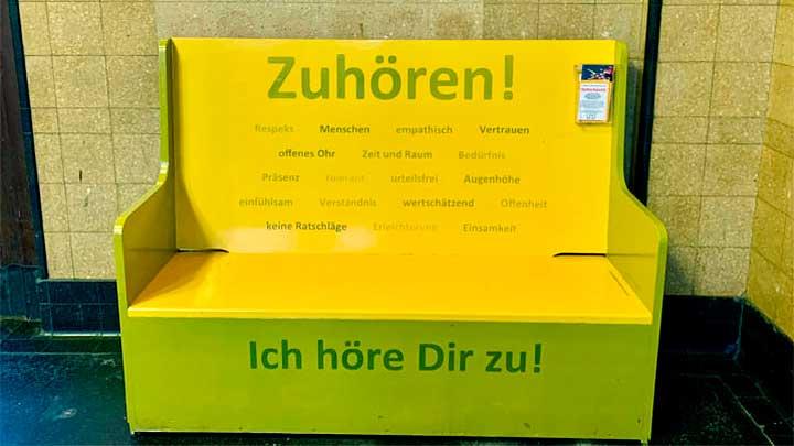 «Zuhörbänkli» im Bahnhof Thun