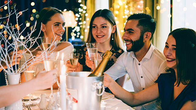Freunde feiern und sind dankbar