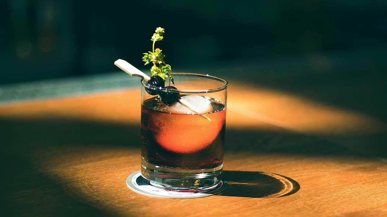 Glas mit einem Drink auf einem Holztisch