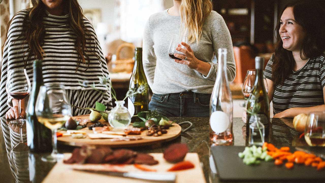 Drei Frauen an einem Tisch mit Lebensmitteln