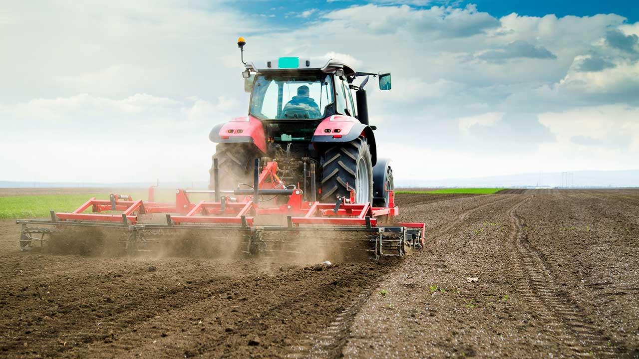 Traktor fährt auf Feld entlang