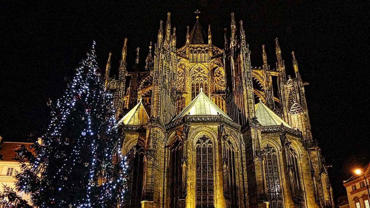 Kirche in Prag mit Weihnachtsbaum davor