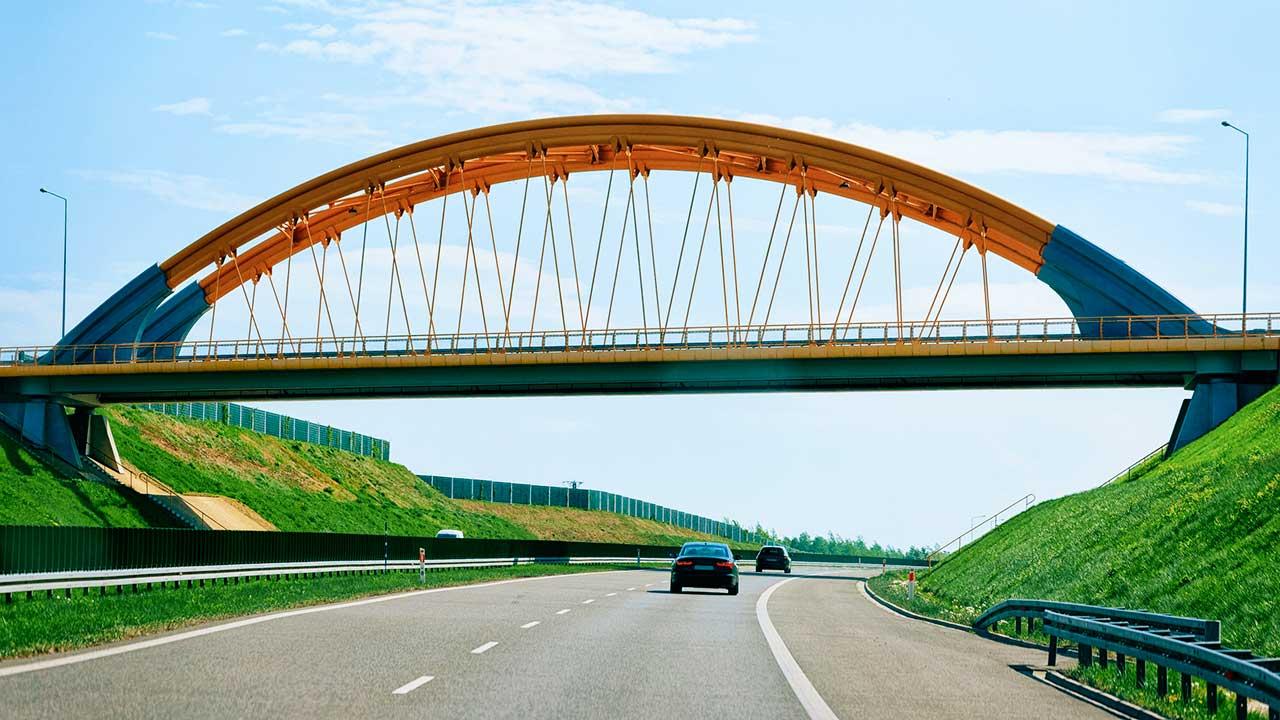 Brücke über Autobahn in der Tschechischen Republik
