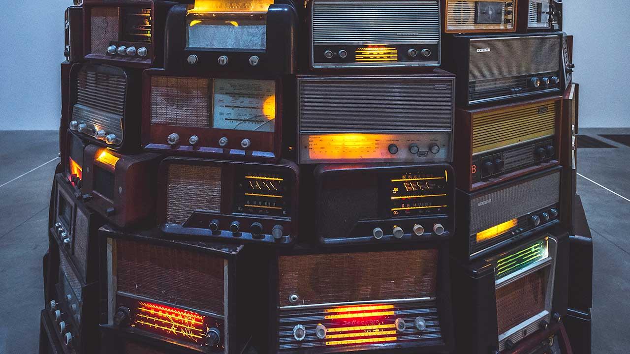 Radiogeräte aus früheren Jahrzehnten   (c) Ryan Stefan/Unsplash