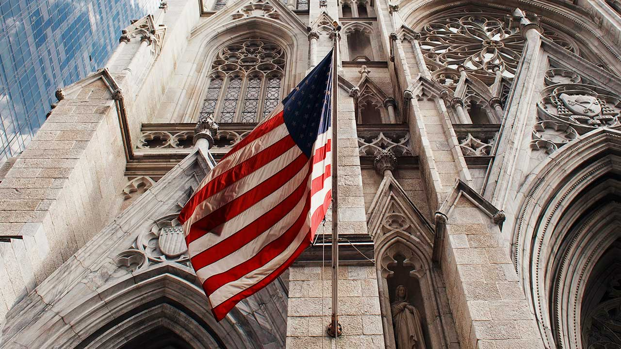 USA-Flagge an einem Kirchengebäude