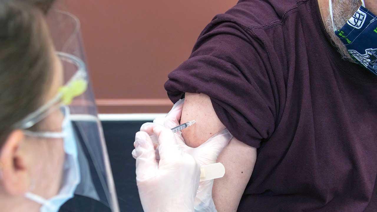 Impfung eines Patienten gegen das Coronavirus in Anchorage, USA