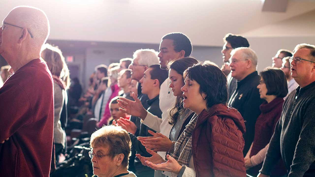 Gottesdienstbesucher in einer katholischen Kirche in Ann Arbor, USA