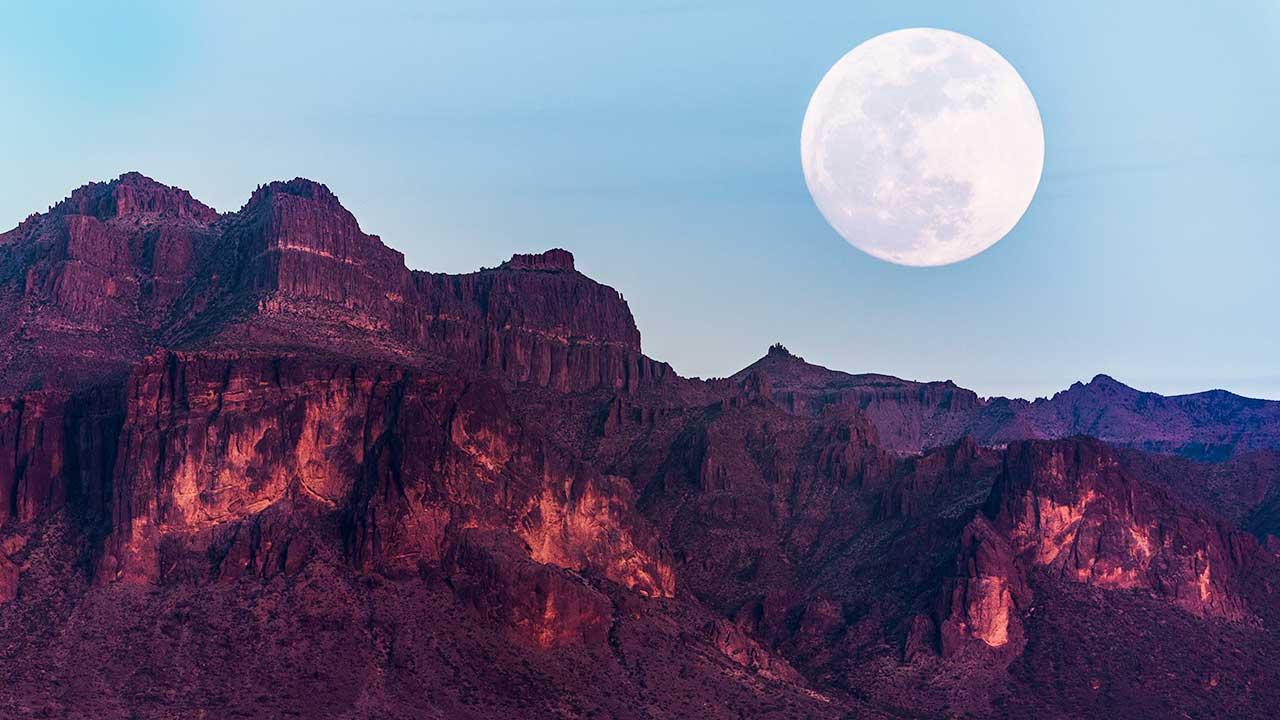 Supermond über den Superstition Mountains in Arizona, USA
