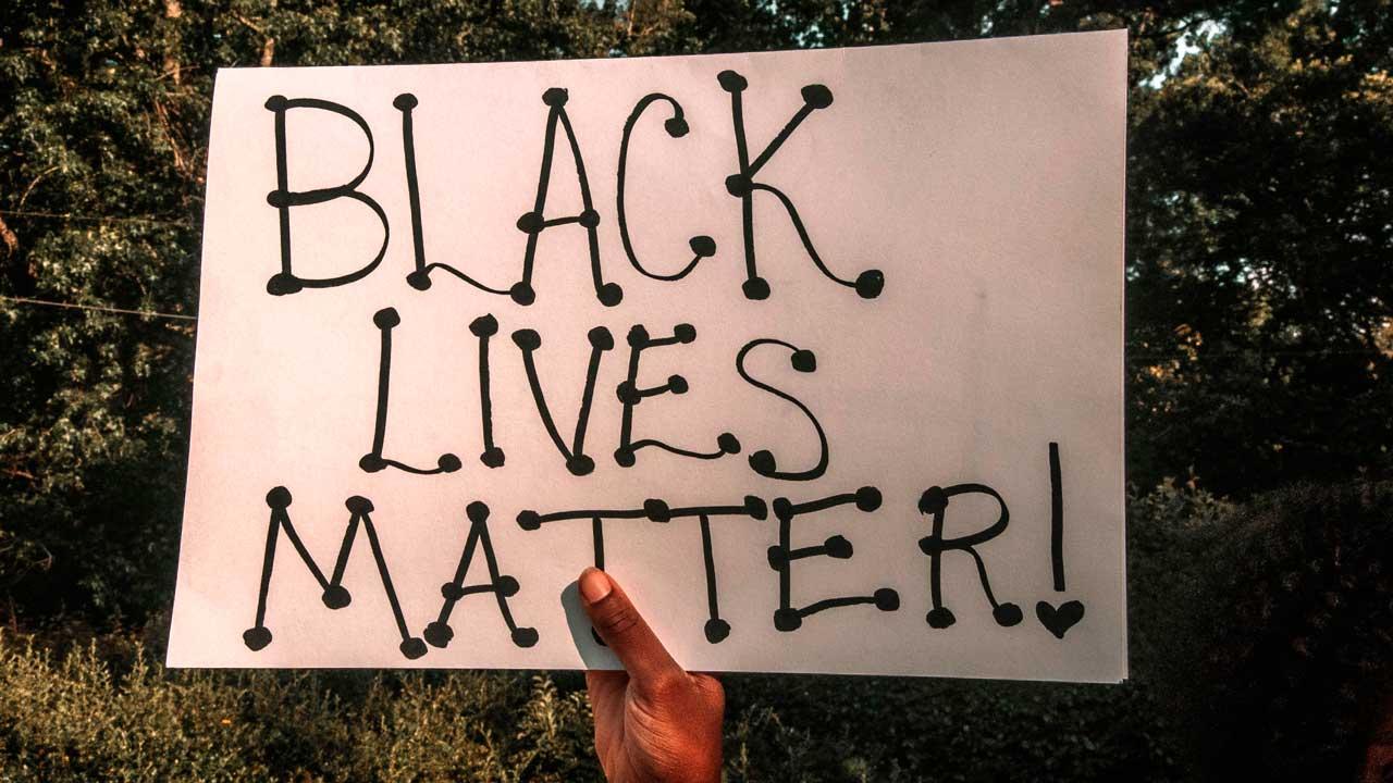 Schild mit «Black Lives Matter!»