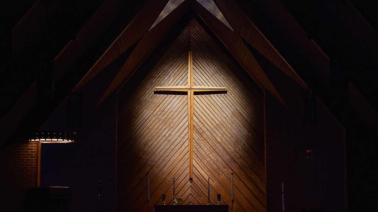beleuchtetes Kreuz in einer lutheranischen Kirche in Augusta, USA