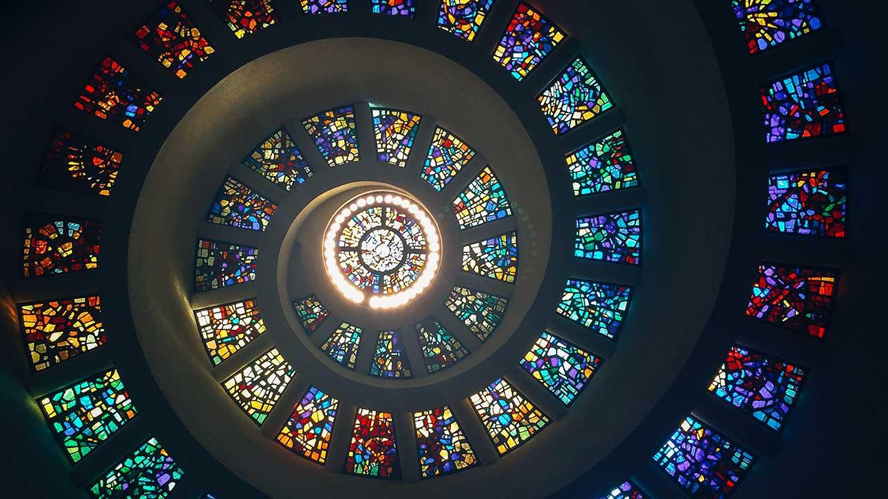 Dach aus Glasmosaik: Spirale hin zu Gott