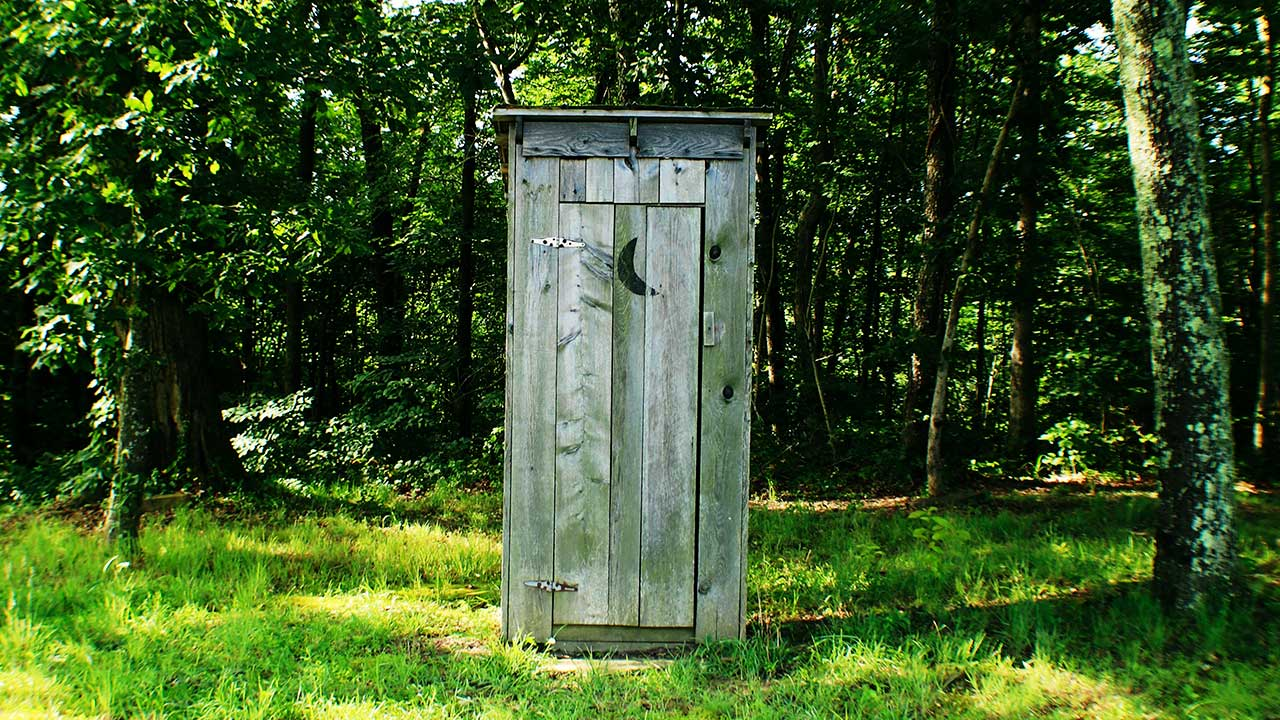 Toilette am Waldrand in Kentucky | (c) Amy Reed/Unsplash