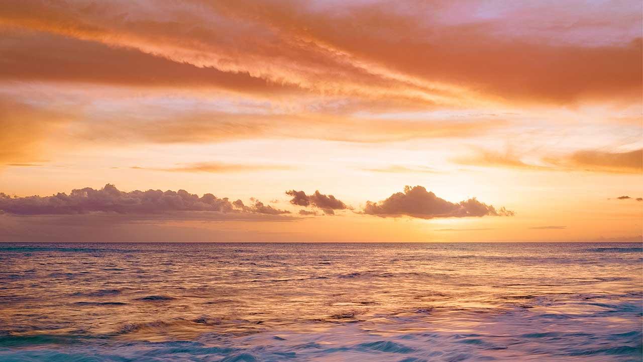 Küste bei Sonnenaufgang oder Sonnenuntergang
