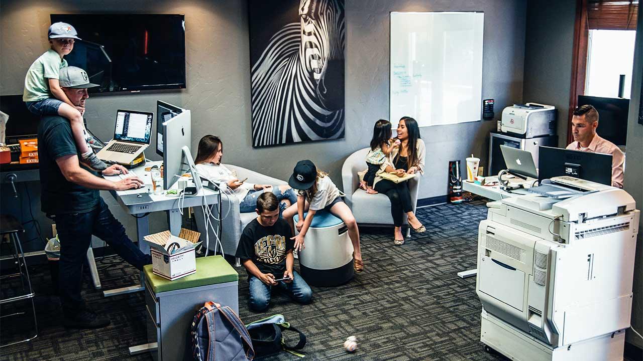 Büro in Las Vegas mit Erwachsenen und Kindern