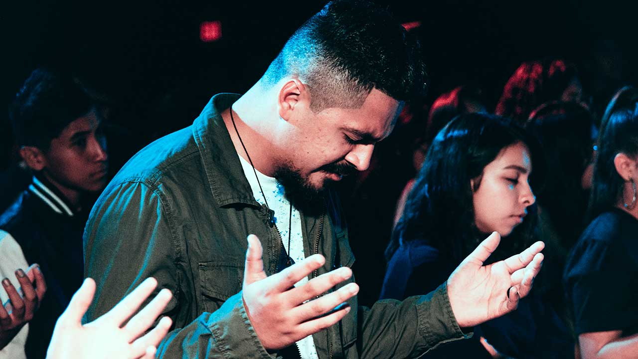 Gebet während eines Gottesdienstes | (c) Ismael Pramo/Unsplash