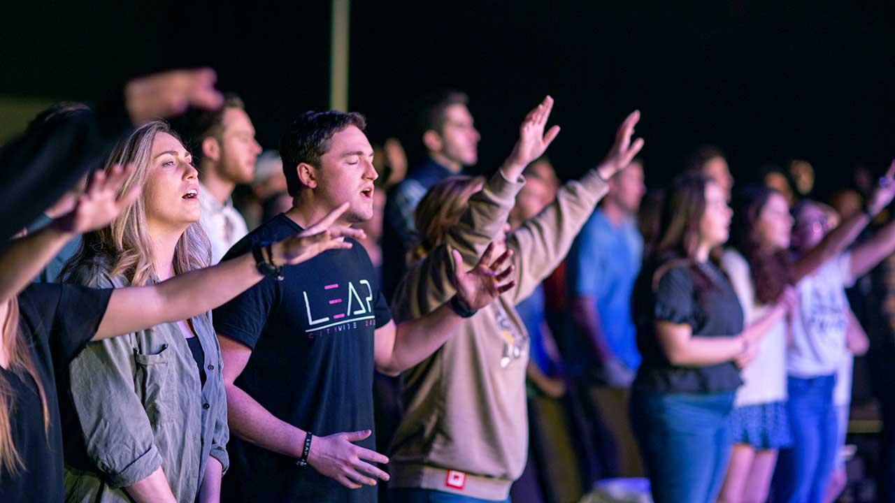 Gottesdienstbesucher in einer Kirche in Austin, Texas