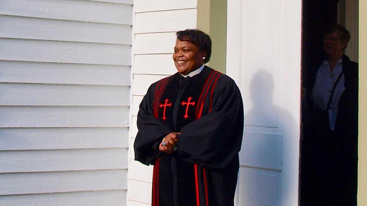 Pastorin steht vor ihrer Kirche in Waterford, Virginia, USA