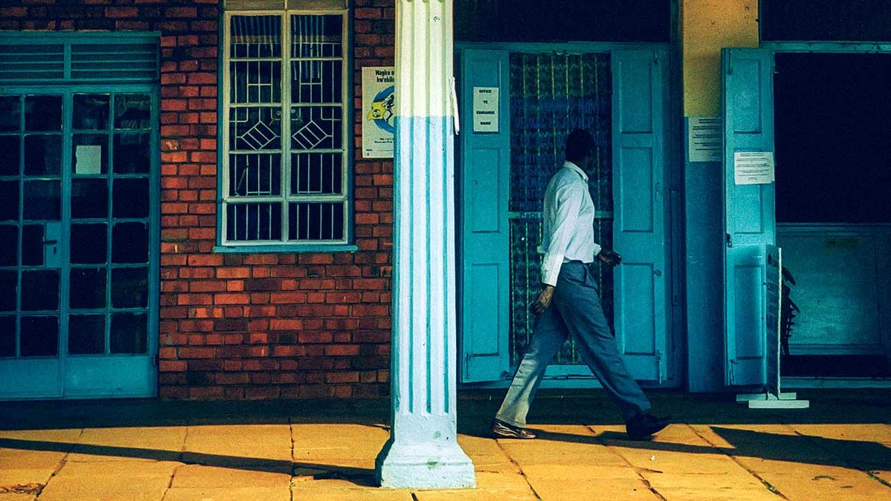 Mann unterwegs in einem Laubengang in Jinja, Uganda