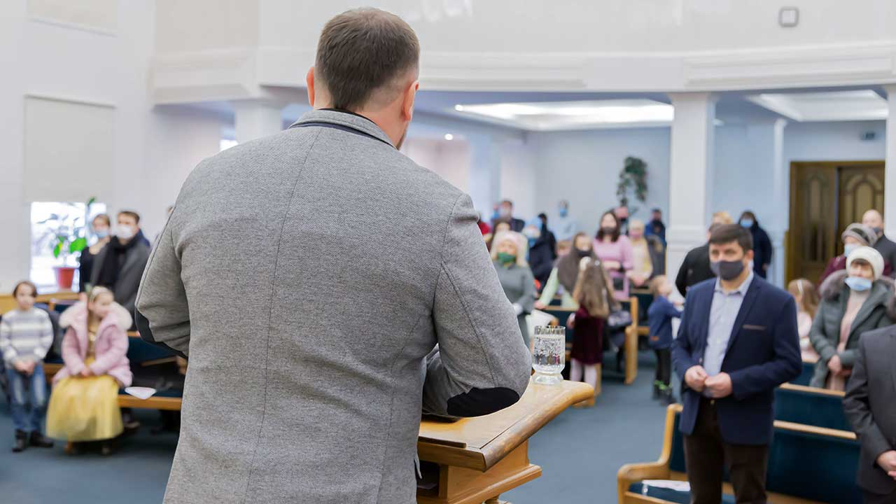 Gottesdienstbesucher mit Masken in einem Gottesdienst in der Ukraine