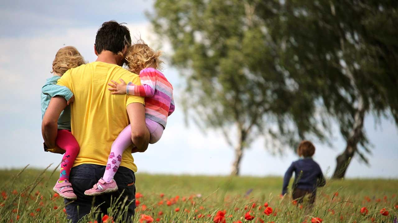 Vater unterwegs mit Kindern | (c) Juliane Liebermann/Unsplash
