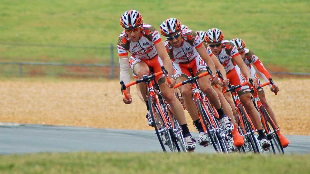 Eine Gruppe von Velofahrern während eines Rennens