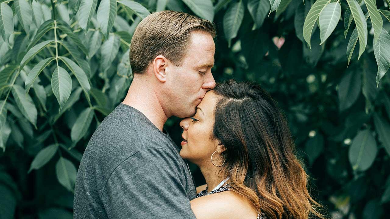 Verheiratetes Paar ist mit den Köpfen eng beieinander