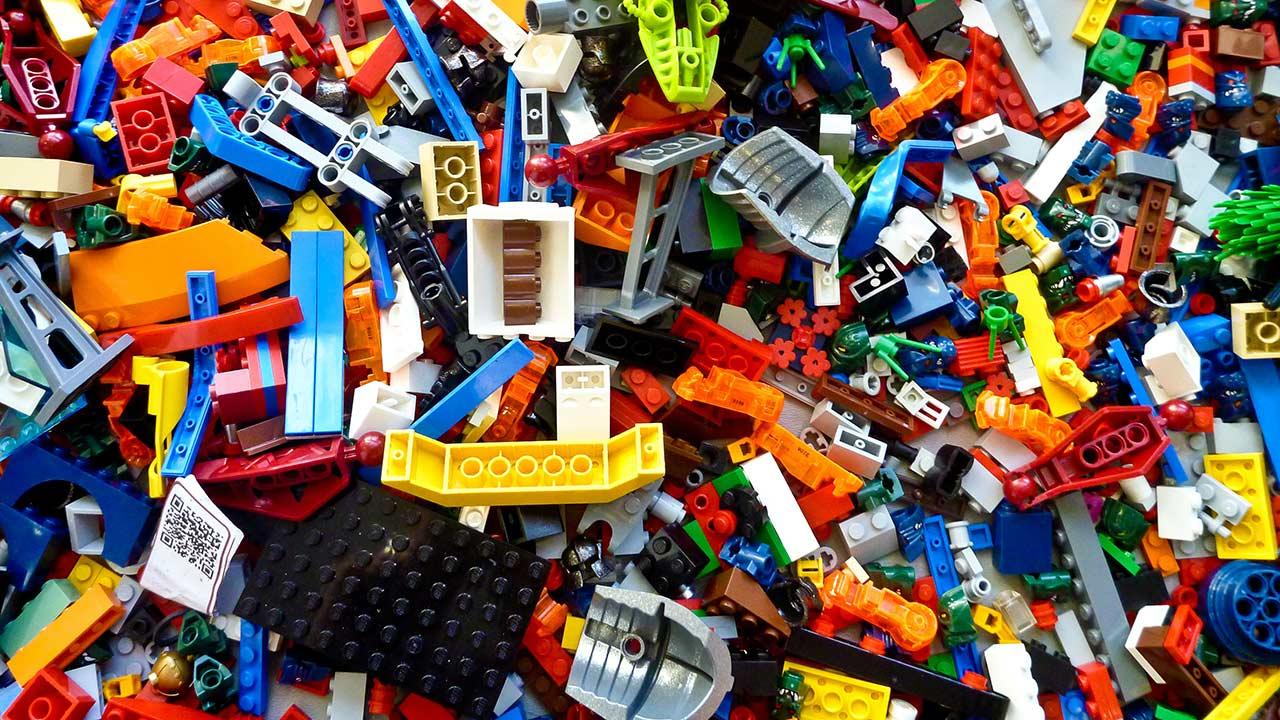 Eine grosse Menge Legosteine auf einem Haufen