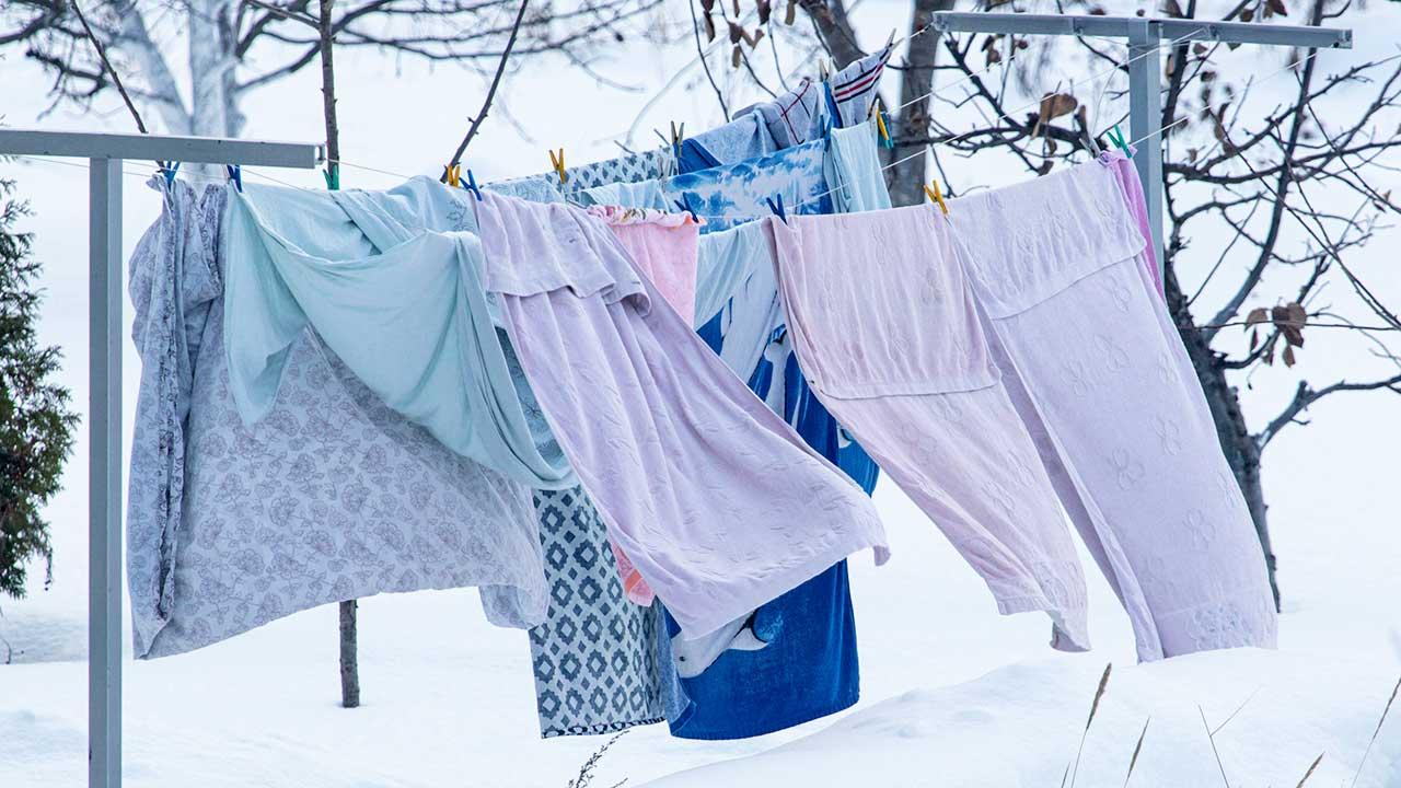 aufgehängte Wäsche im Winter