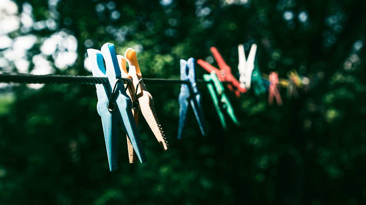 Leere Wäschklammern an einer Wäscheleine