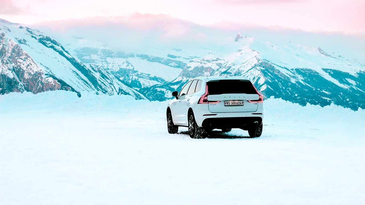 Volvo in den verschneiten Walliser Bergen