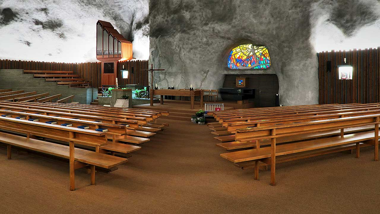 Im Innern der Felsenkirche von Raron VS