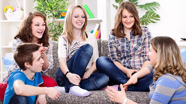 Eine Gruppe Jugendlicher unterhält sich