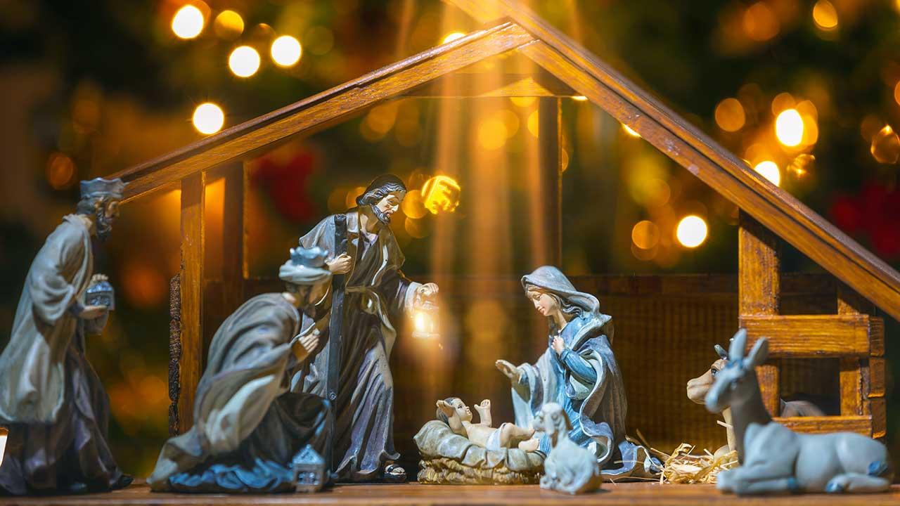 Krippe mit Figuren, Jesus wird von einem Licht von oben angestrahlt