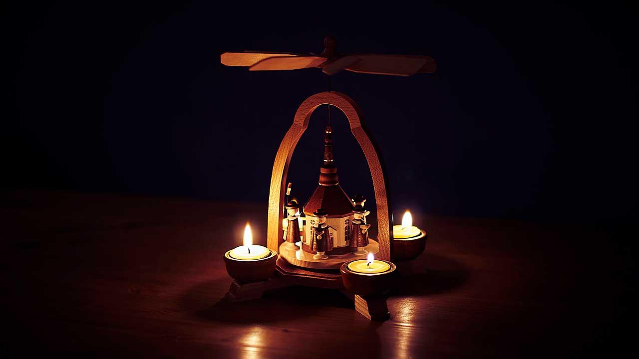 Häuschen mit Sänger-Figürchen und Kerzen