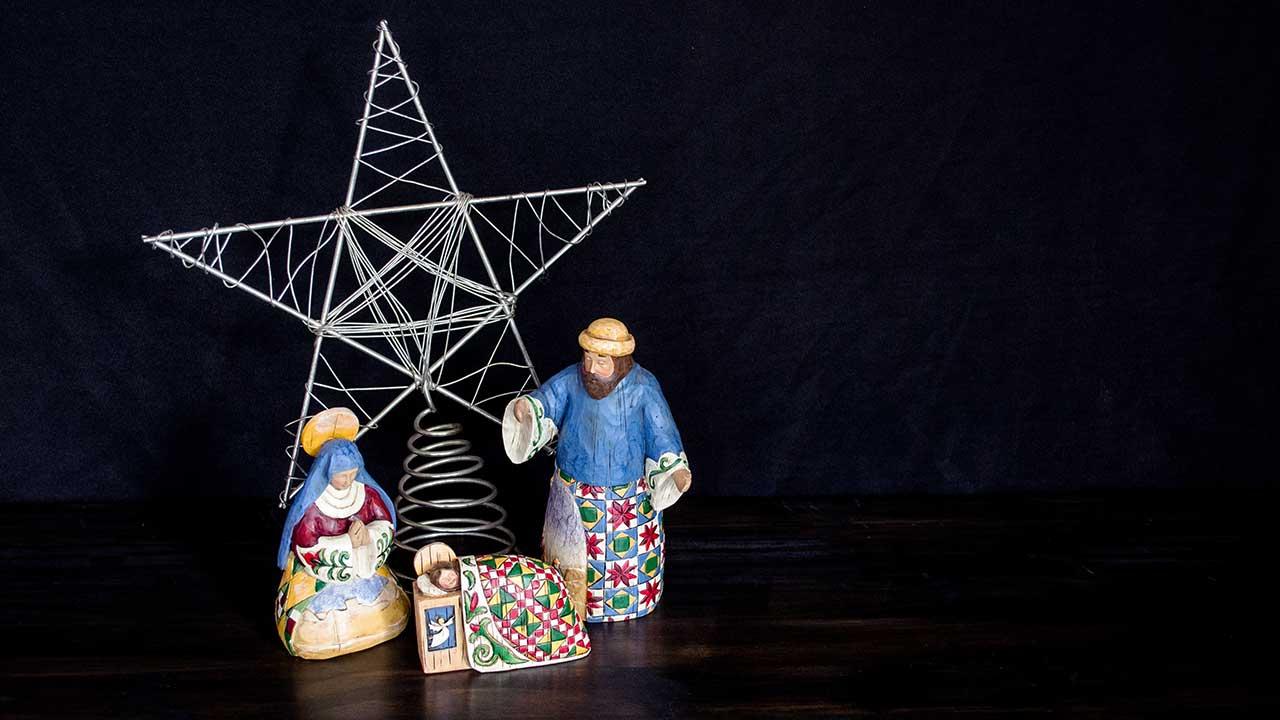 Einfache Krippenszene mit Jesus, Maria, Josef und einem Stern