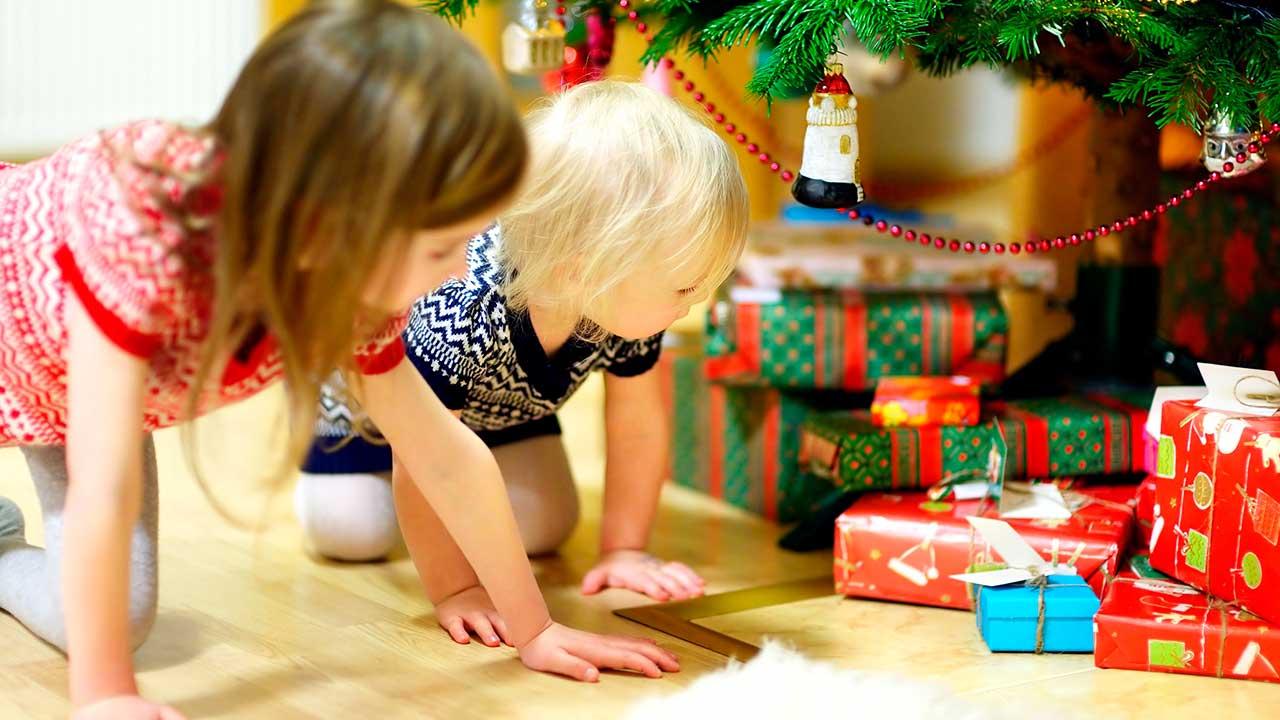 Kinder machen sich an die Geschenke heran | (c) 123rf